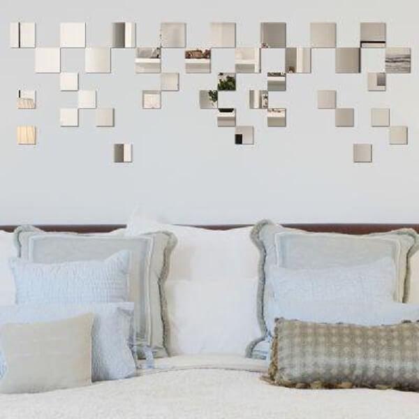 O espelho quadrado para quarto forma um criativo desenho na parede