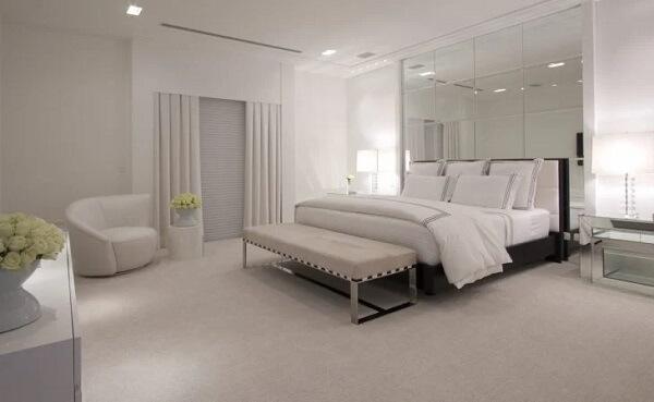 O espelho quadrado para quarto preenche toda a parede da cabeceira da cama