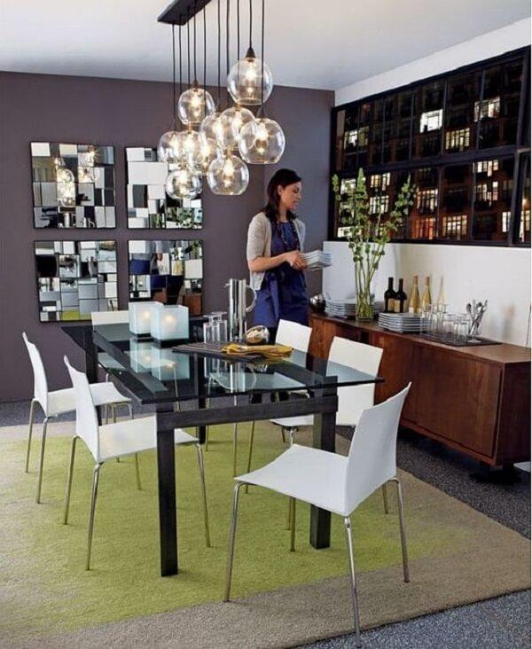 O espelho quadrado para sala de jantar traz um toque especial para a decoração