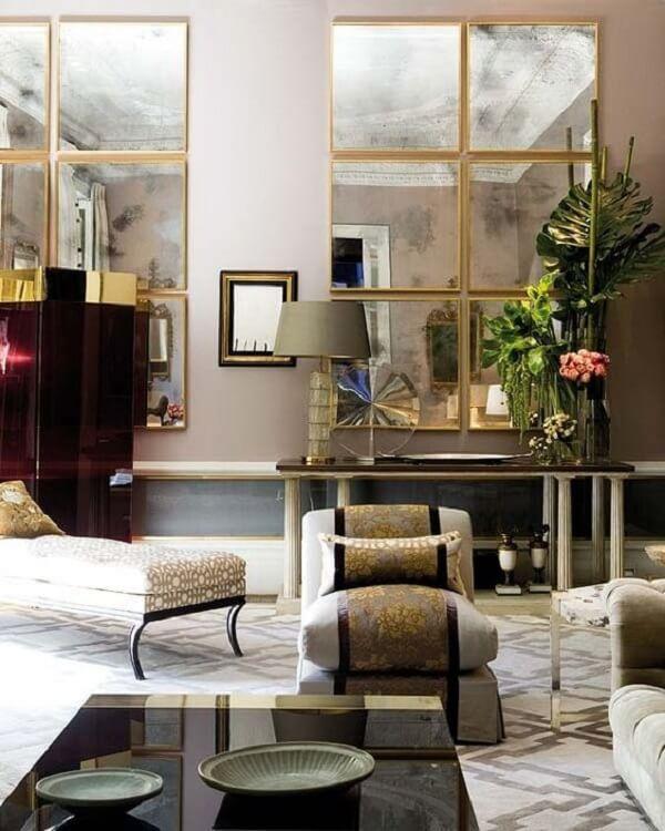 O espelho quadrado para sala reflete móveis e objetos presentes no espaço