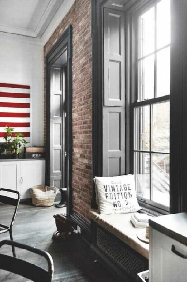 O estilo industrial ganhou um toque de aconchego na presença da janela guilhotina