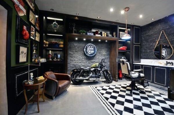O piso xadrez dessa decoração de barbearia moderna delimita a área de corte de cabelo e barba