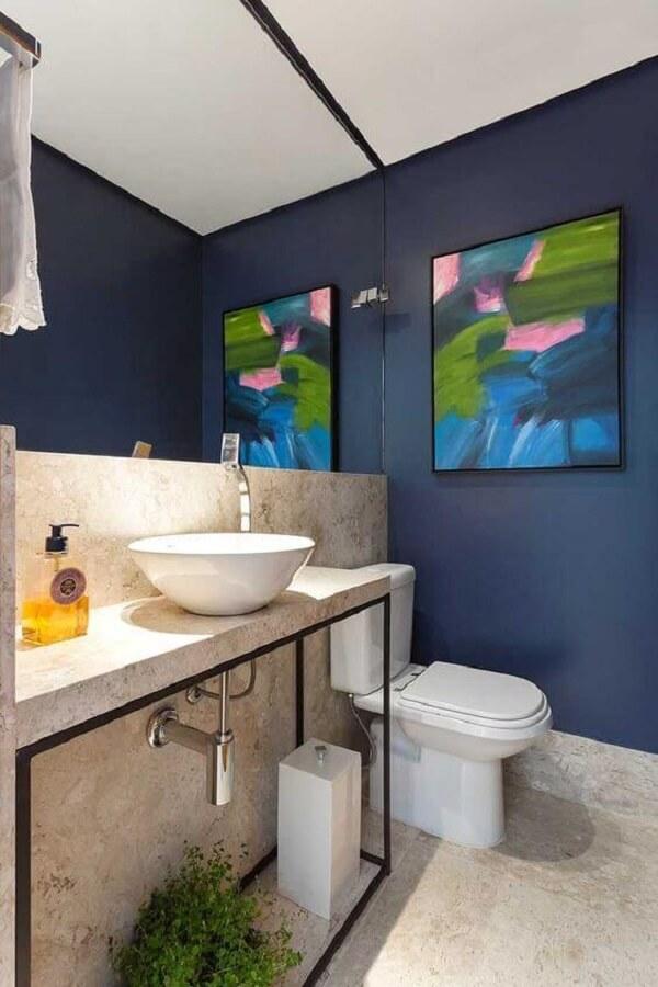 O quadro colorido se destaca na parede do banheiro