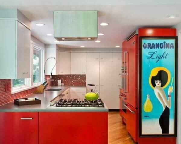 O quadro colorido vintage atrai os olhares de todos que usam a cozinha