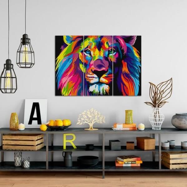 O quadro leão colorido se destaca na parede desse ambiente