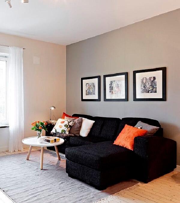 O sofá baú 3 lugares com chaise preto se destaca na decoração da sala