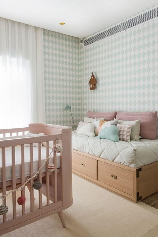 O sofá baú para quarto de bebê serve como cama auxiliar