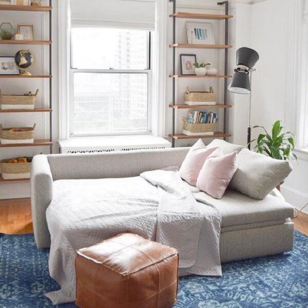 O sofá cama com baú otimiza o espaço no dormitório