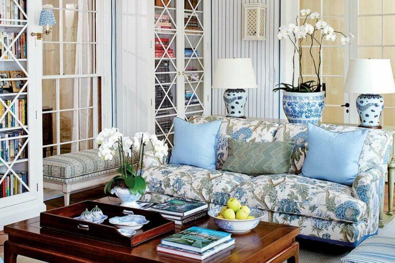 O sofá com estampa traz um toque aconchegante para sala