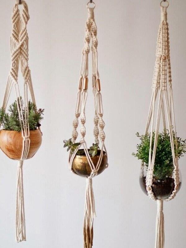 O suporte para vaso suspenso em macramê compõe um jardim suspenso estilo Boho