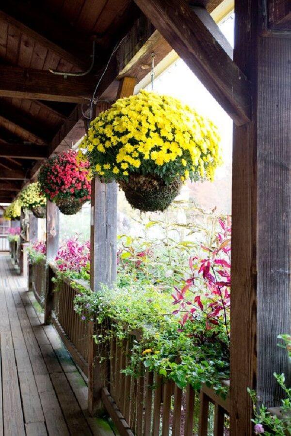O terraço fica ainda mais charmoso na presença de flores para vasos suspensos