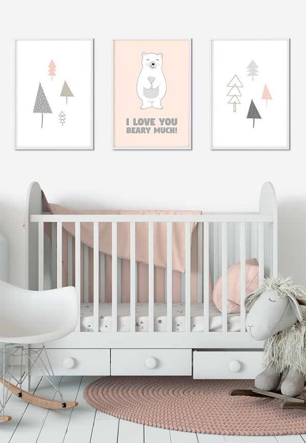 Organize as roupas e acessórios dos bebê no berço com gaveta