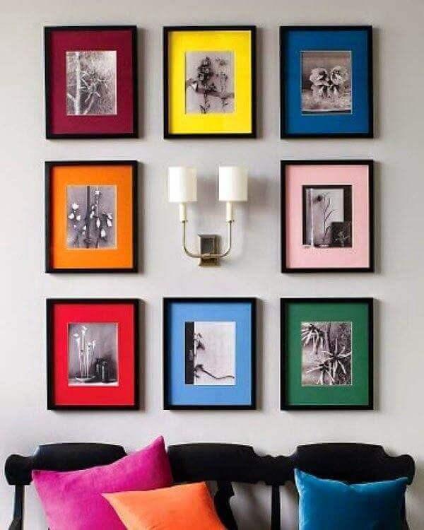 Organize os quadros coloridos ao redor de uma luminária de parede
