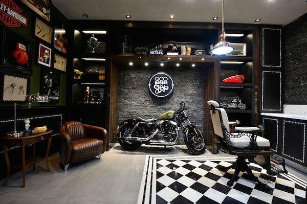 Os fãs de motos piram nessa decoração de barbearia moderna