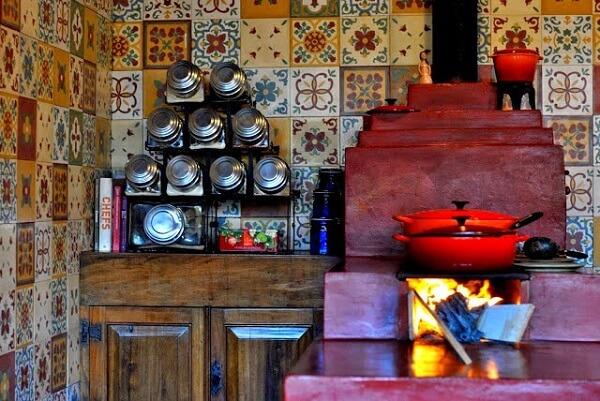Os ladrilhos trazem charme para a decoração de cozinha rústica com fogão à lenha