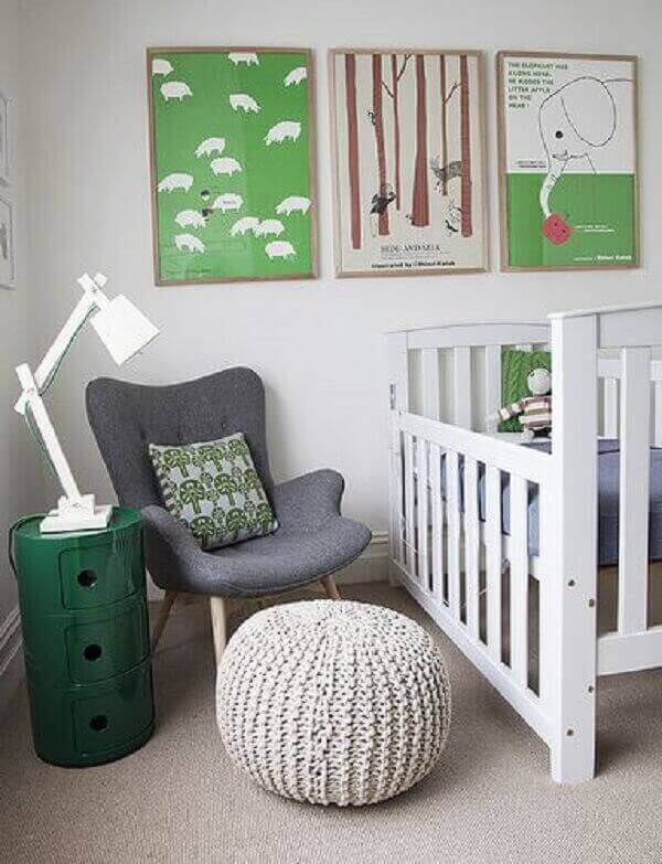 Os quadros coloridos para quarto de bebê complementam a decoração