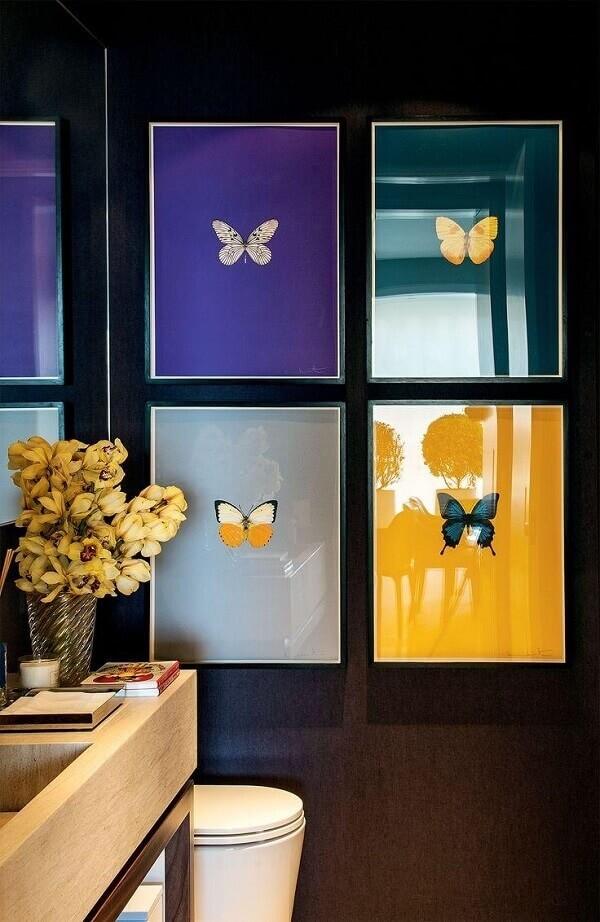 Os quadros coloridos também podem ficar expostos dentro do banheiro