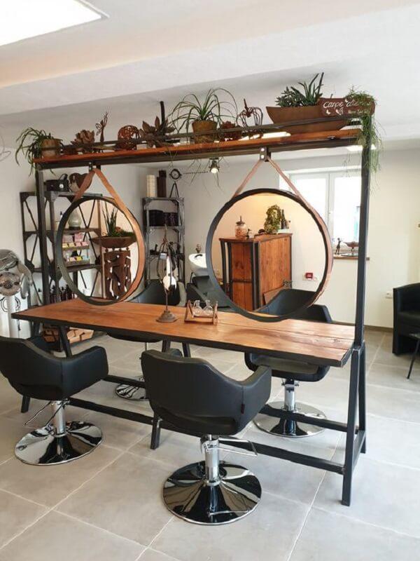 Otimize o espaço e invista em uma decoração de barbearia pequena e simples que acomode várias pessoas