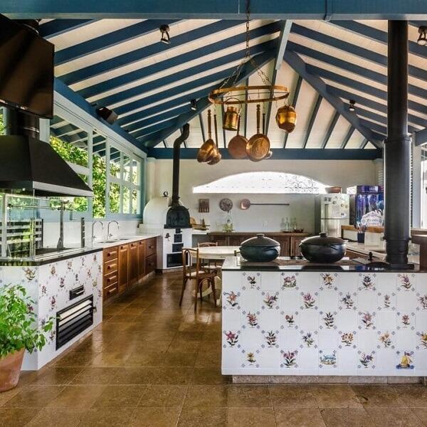 Otimize o espaço e monte uma cozinha com fogão a lenha e churrasqueira