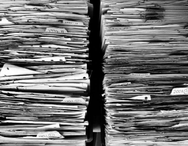 Para limpar a desordem antes de se mudar compre caixas organizadoras e guarde documentos importantes