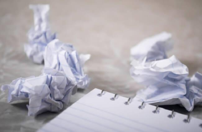Para limpar a desordem antes de se mudar organize sua papelada e jogue fora o que não serve