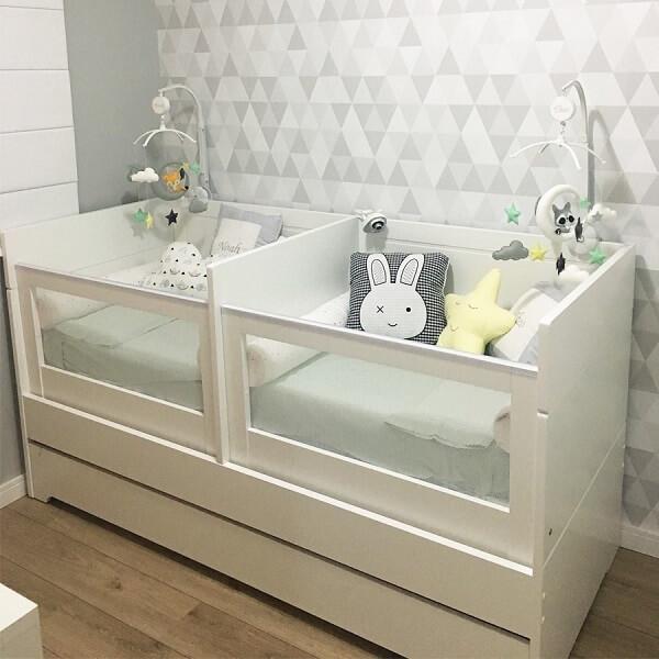 Para otimizar espaço no quarto dos gêmeos opte por berço com gaveta