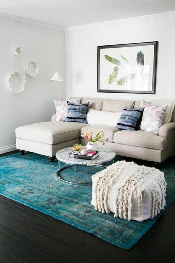 Para otimizar o espaço procure posicionar o chaise do sofá baú próxima a parede