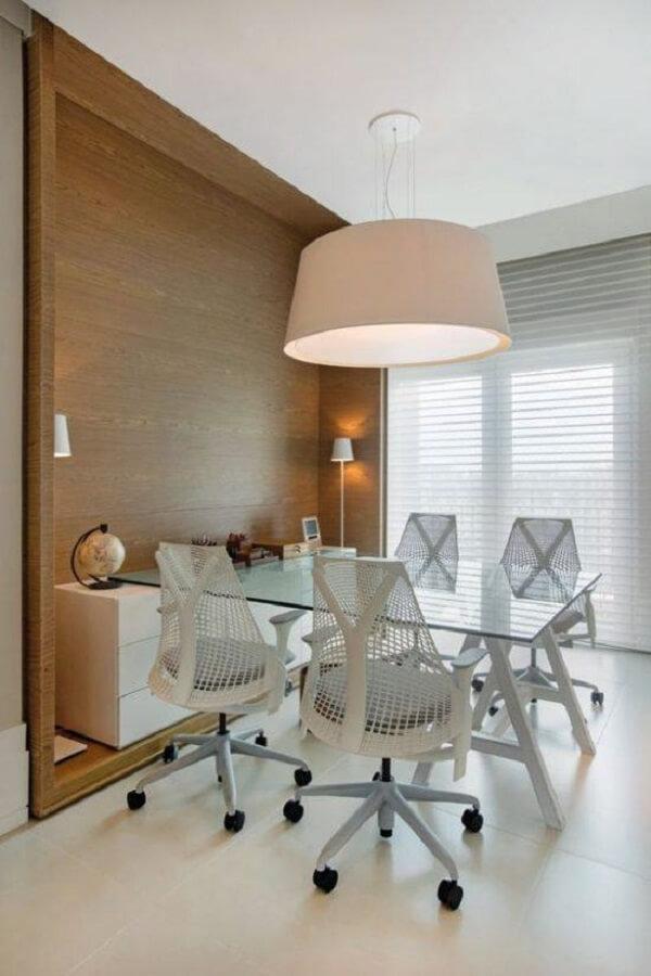 Para sala de reunião opte pela mesa de vidro para escritório em formato retangular