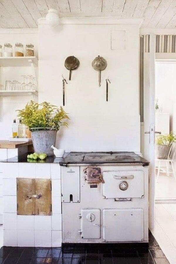 Pendure utensílios na cozinha moderna com fogão à lenha