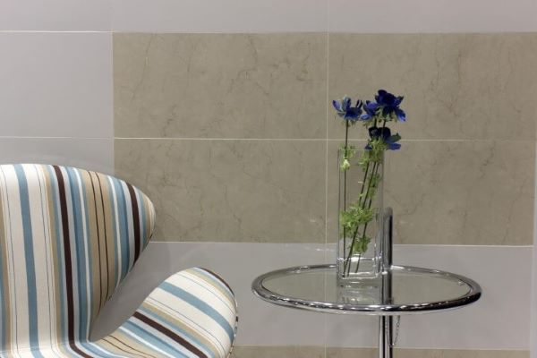 Poltrona colorida com mesa lateral alta
