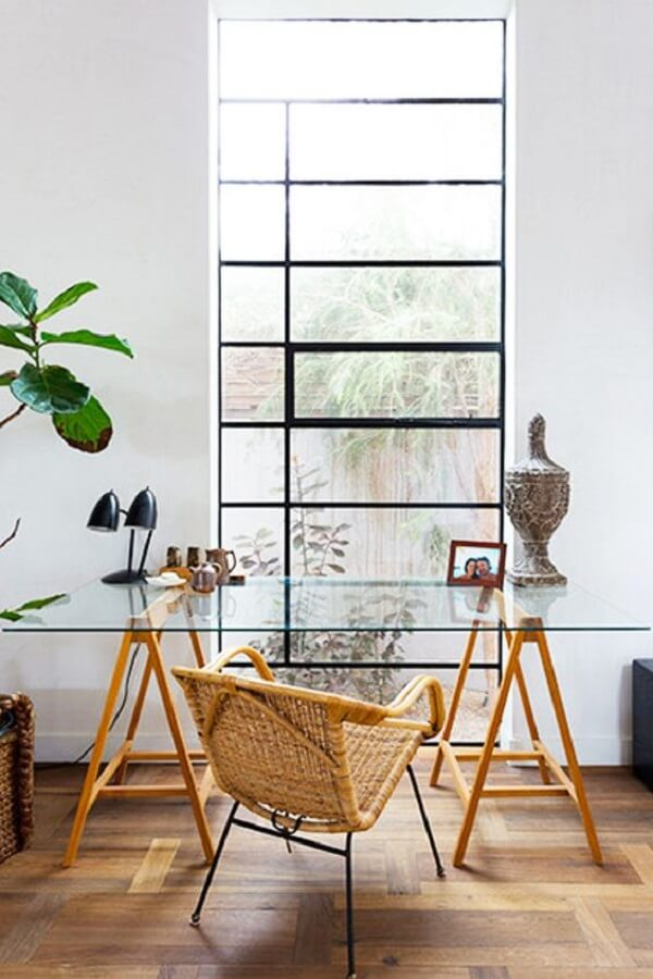 Posicione sua mesa de vidro para escritório próxima a janela