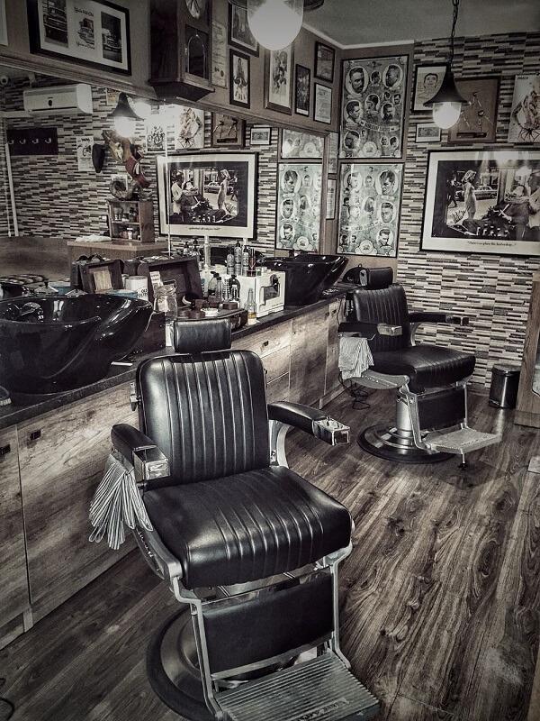 Potlronas confortáveis para decoração de barbearia simples