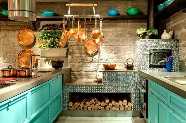 Projeto de cozinha moderna com fogão à lenha