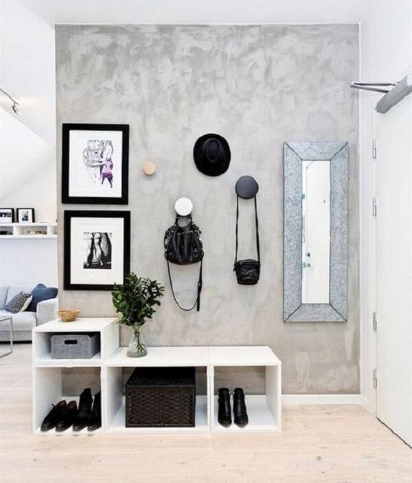 Puxadores modernos e sapateira com design despojado decoram o hall de entrada