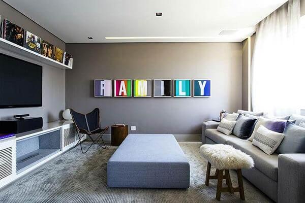 Quadros coloridos para sala de tv que representam a união da família nesse ambiente