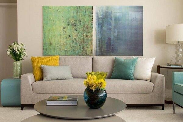 Quadros coloridos para sala quebram a neutralidade da decoração