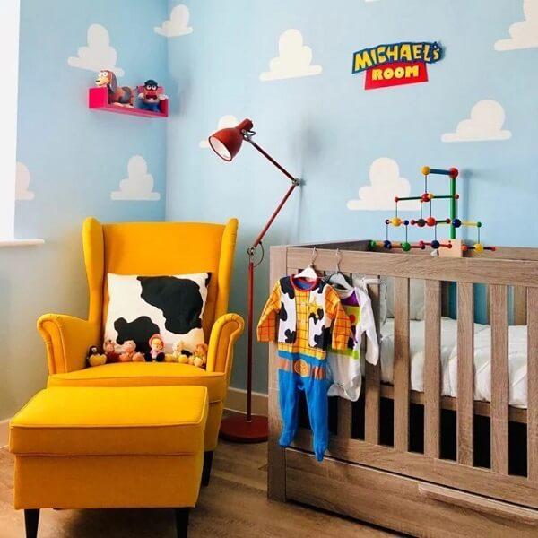Quarto de bebê temático com berço com gavetas feito em madeira