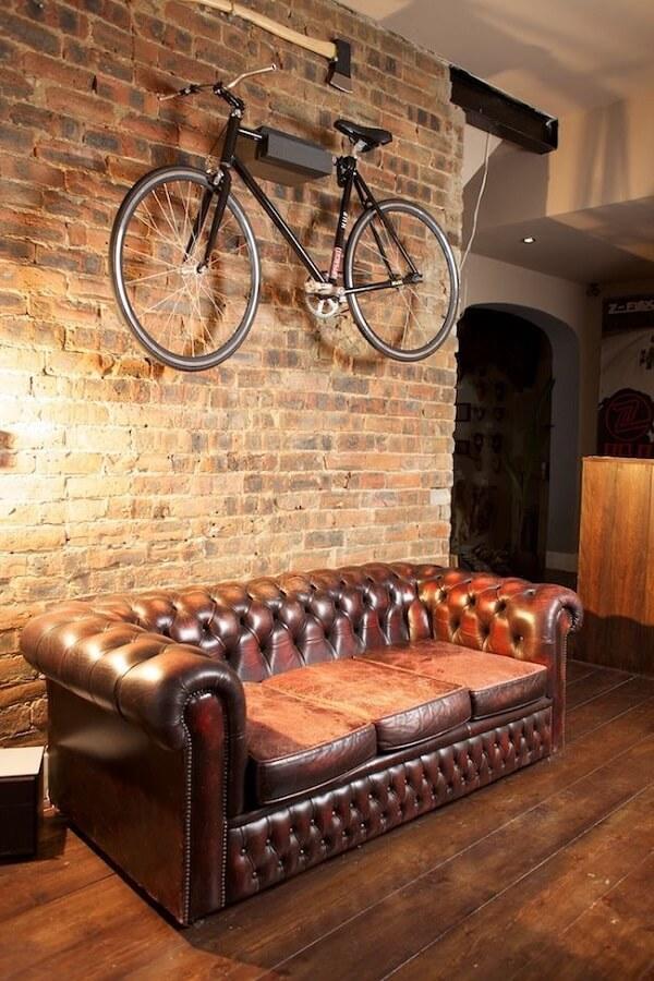 Recepção confortável e estilosa com esse sofá chesterfield de couro