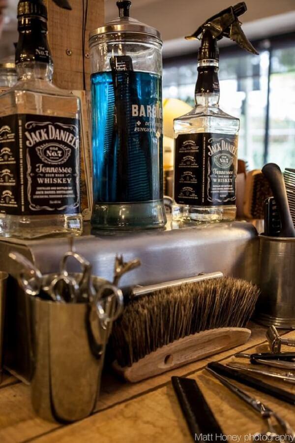 Reutilize garrafas de bebida como objetos de decoração para barbearia