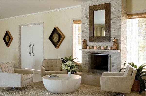 Sala de estar com lareira e mesa de centro redonda branca