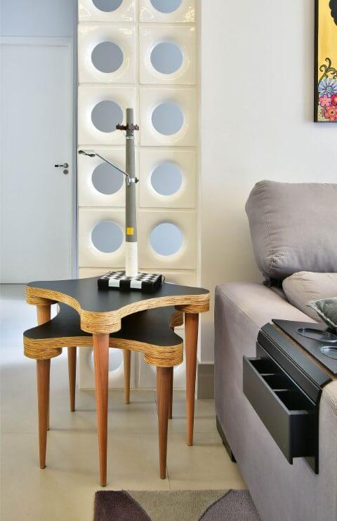 Sala de estar com mesa lateral alta dupla com design diferenciado