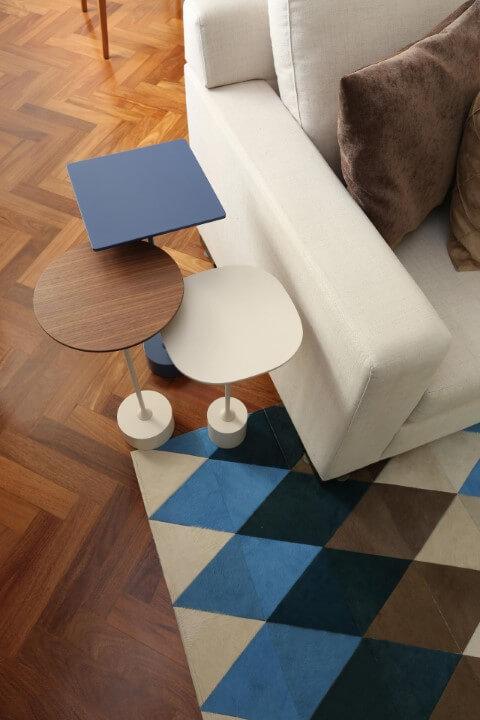 Sala de estar com mesa lateral alta e tapete geométrico