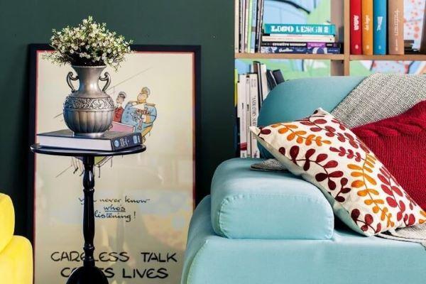 Sala de estar com mesa lateral alta preta