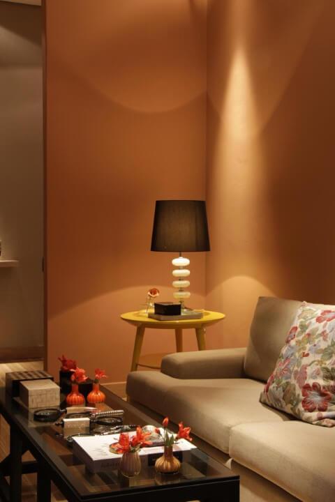 Sala de estar com mesa lateral alta e redonda