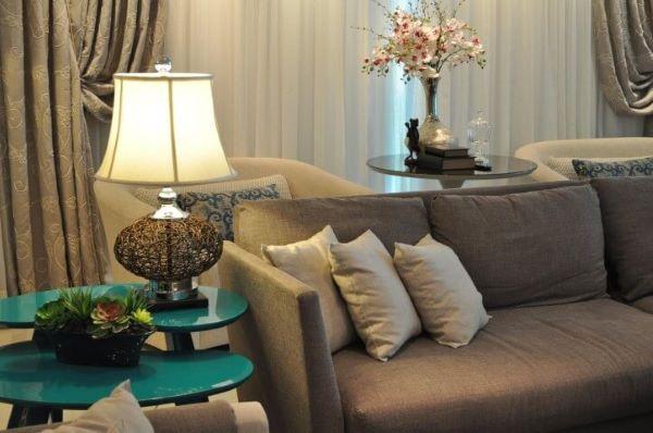 Sala de estar com mesa lateral alta verde e abajur