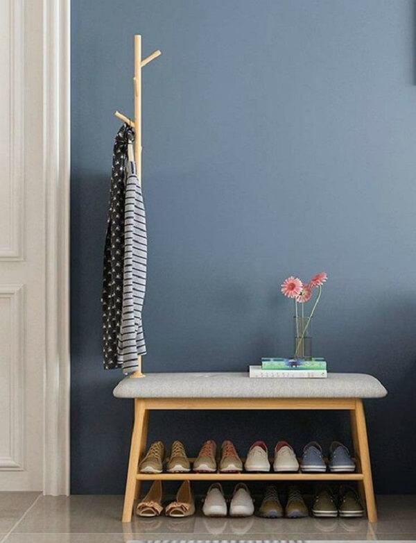 Sapateira para hall de entrada em madeira acomoda vários sapatos