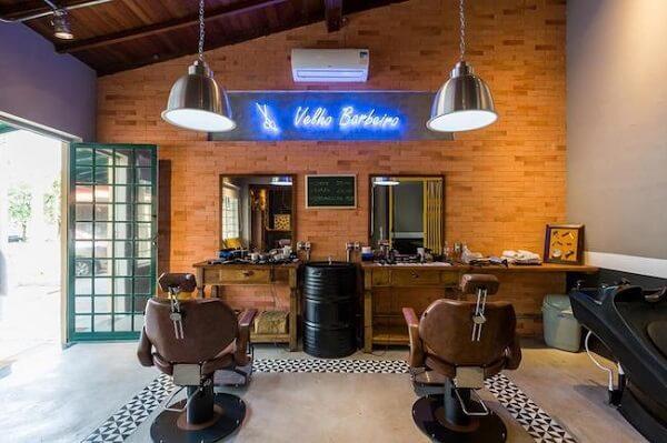 Se inspire nesse projeto de decoração de barbearia pequena