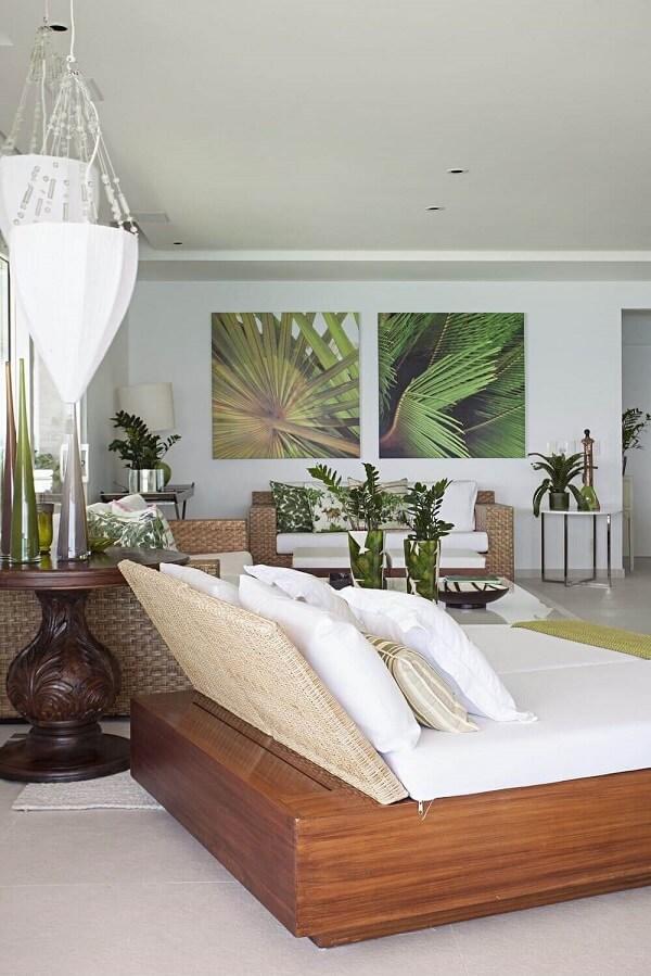 Sofá de sisal e quadros coloridos decoram o espaço