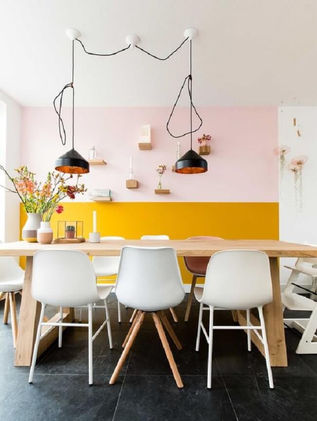 Tanto o rosa como o amarelo carregam um significado especial em sua composição cromática