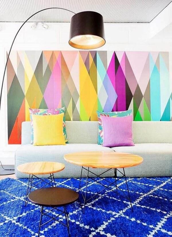 Tapete azul e quadros coloridos decoram essa linda sala de estar